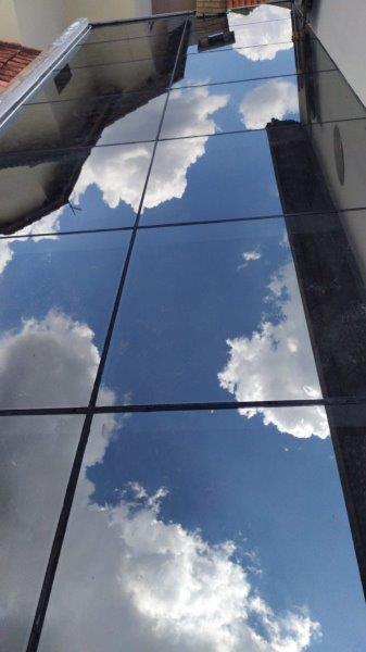 Cobertura com vidro refletivo