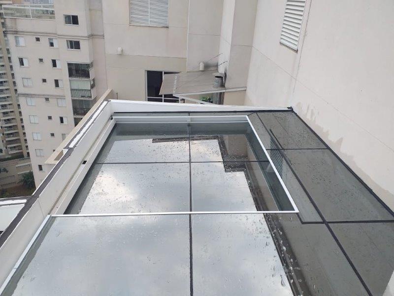 Cobertura de vidro retrátil automatizada